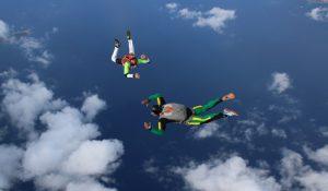Vol de parachutiste en formation PAC en Corse au dessus de la mer