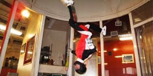 vol en soufflerie tête en bas en combianaison rouge blanche et noire