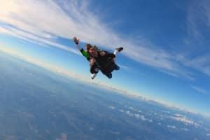 Chute libre d'un saut en tandem au Luc en Provence