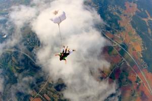 Saut en parachute vue du haut au dessus d'un nuage