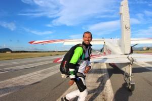Tristan Reverdy et le contact de la chute libre à l'embarquement de l'avion pour un saut en parachute au Luc en Provence