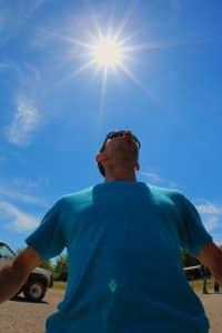 Vue contre plongée homme tee-shirt bleu soleil au dessus