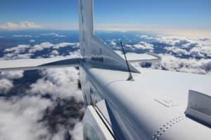 vue sur la queue d'un pilatus lpour saut en parachute dans le var avec vue sur la cote d'azur