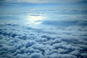 vue sur Fréjus et sur la cote d'azur au dessus des nuages