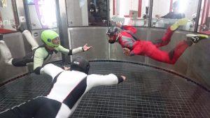 trois personnes en vol en soufflerie
