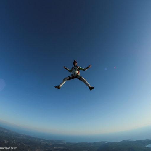 Tristan en contact avec la chute libre dans le ciel en tête en haut