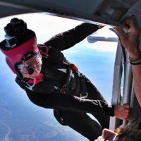 Mo de l'école de parachutisme Newton en position à la sortie d'avion