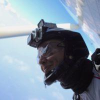caro vidéoman de l'école de parachutisme Newton Experience à la porte de l'avion