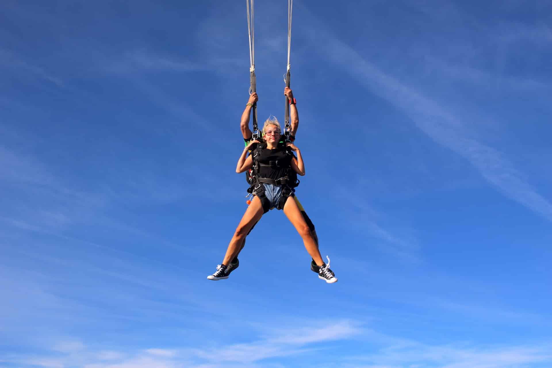 Photo de saut en parachute à l'ouverture