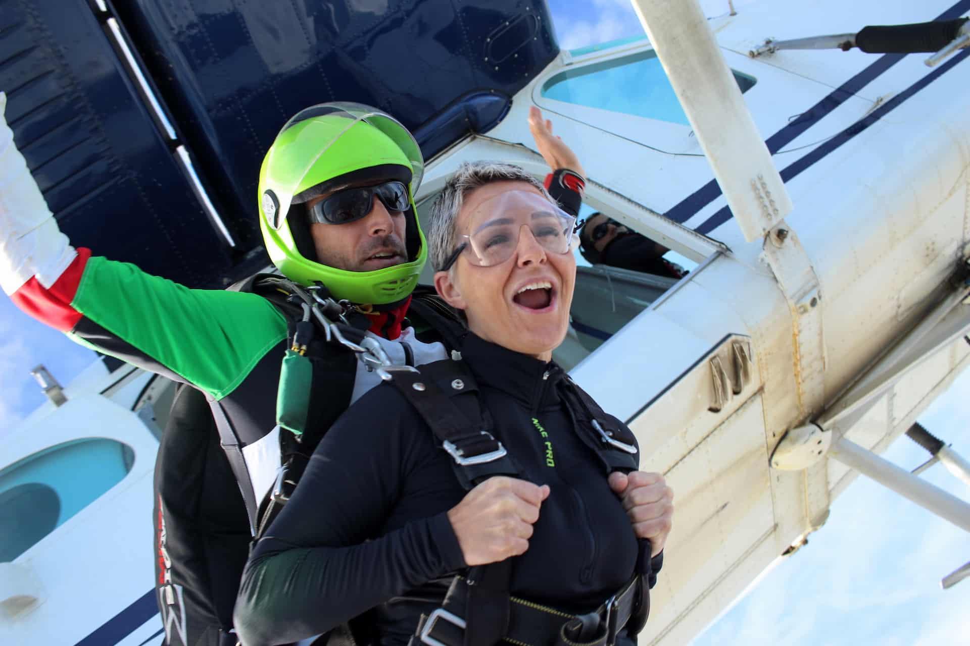 Photo de saut en parachute à la sortie