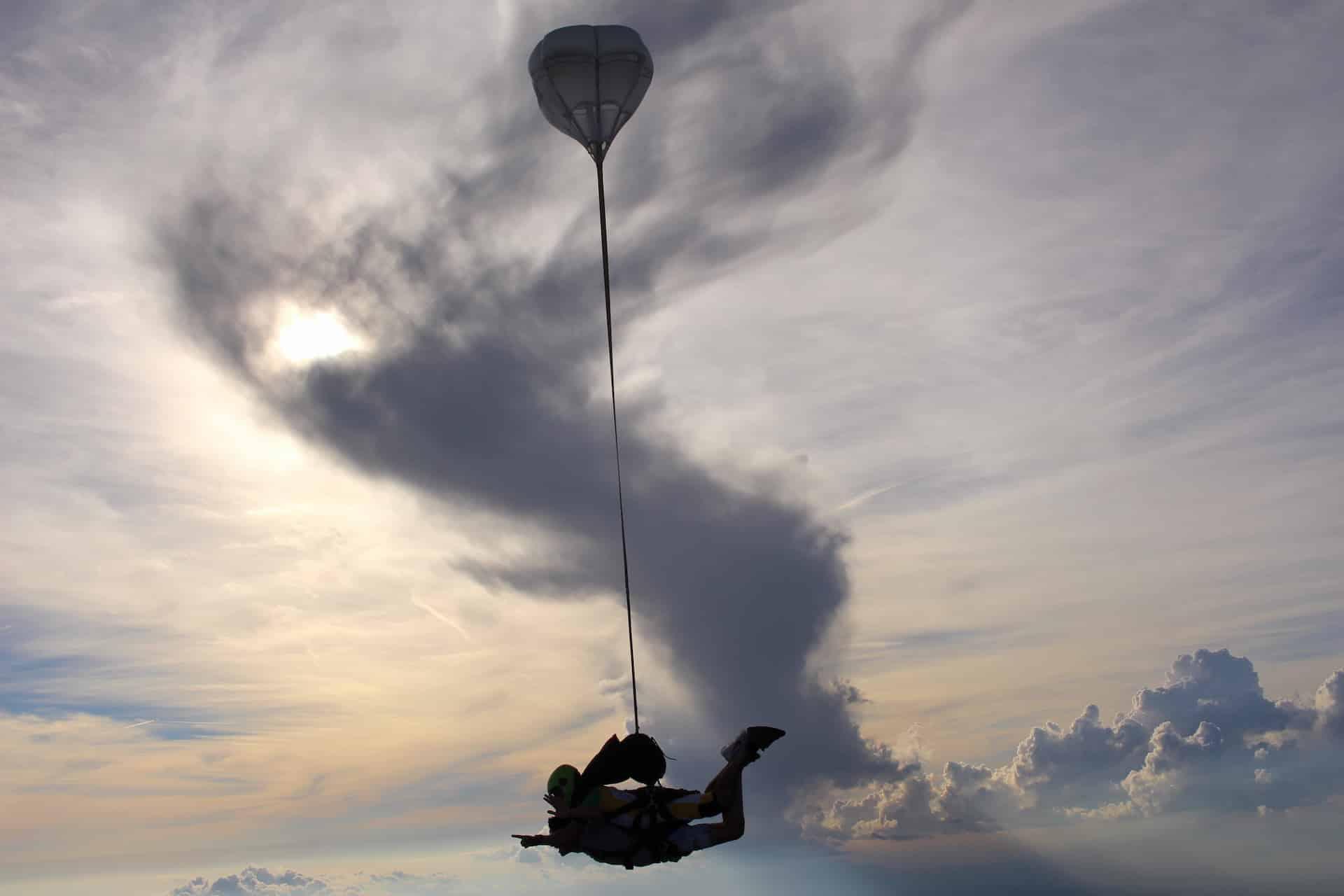 Photo de saut en parachute de profil