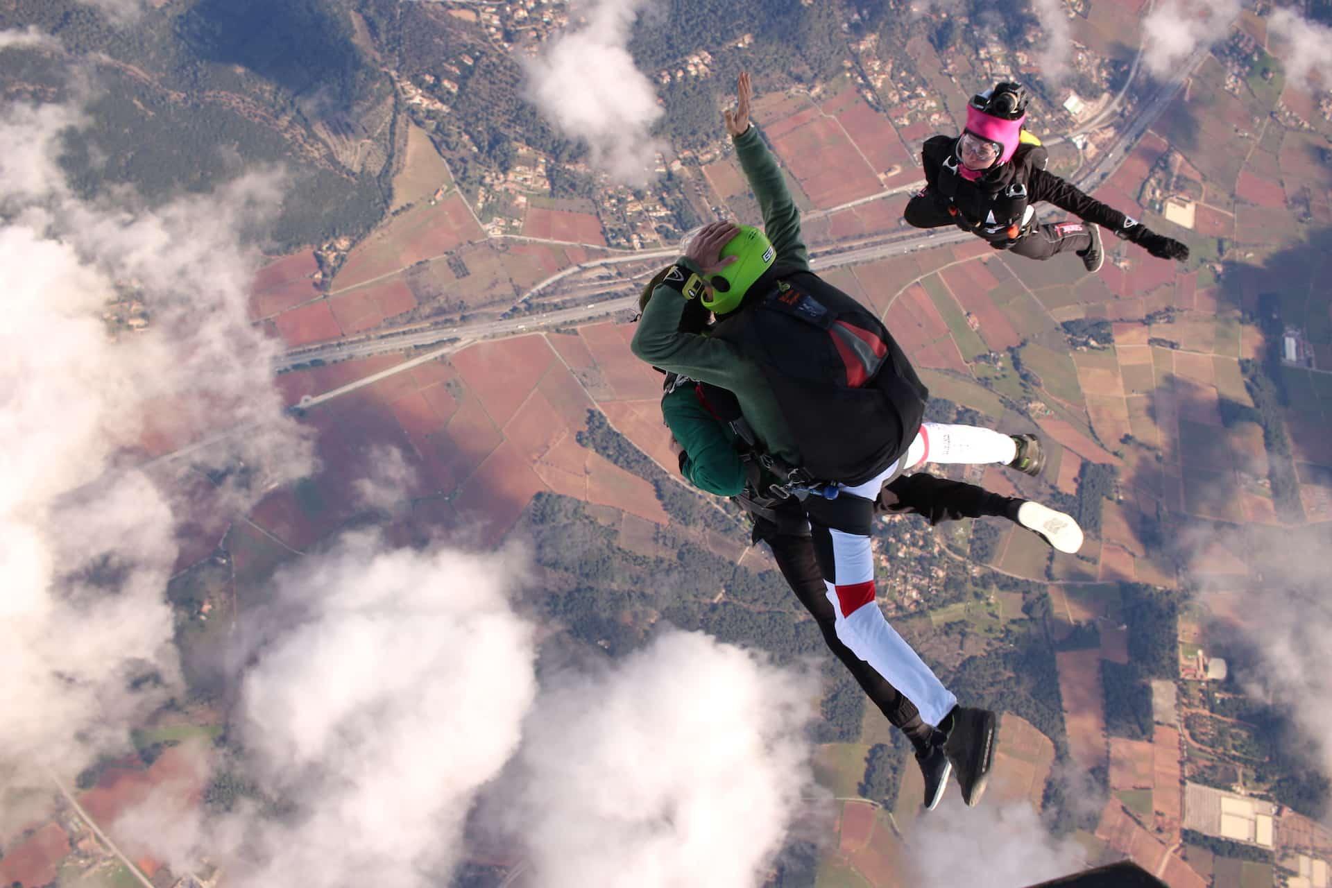 Photo de saut en parachute en sortie d'avion