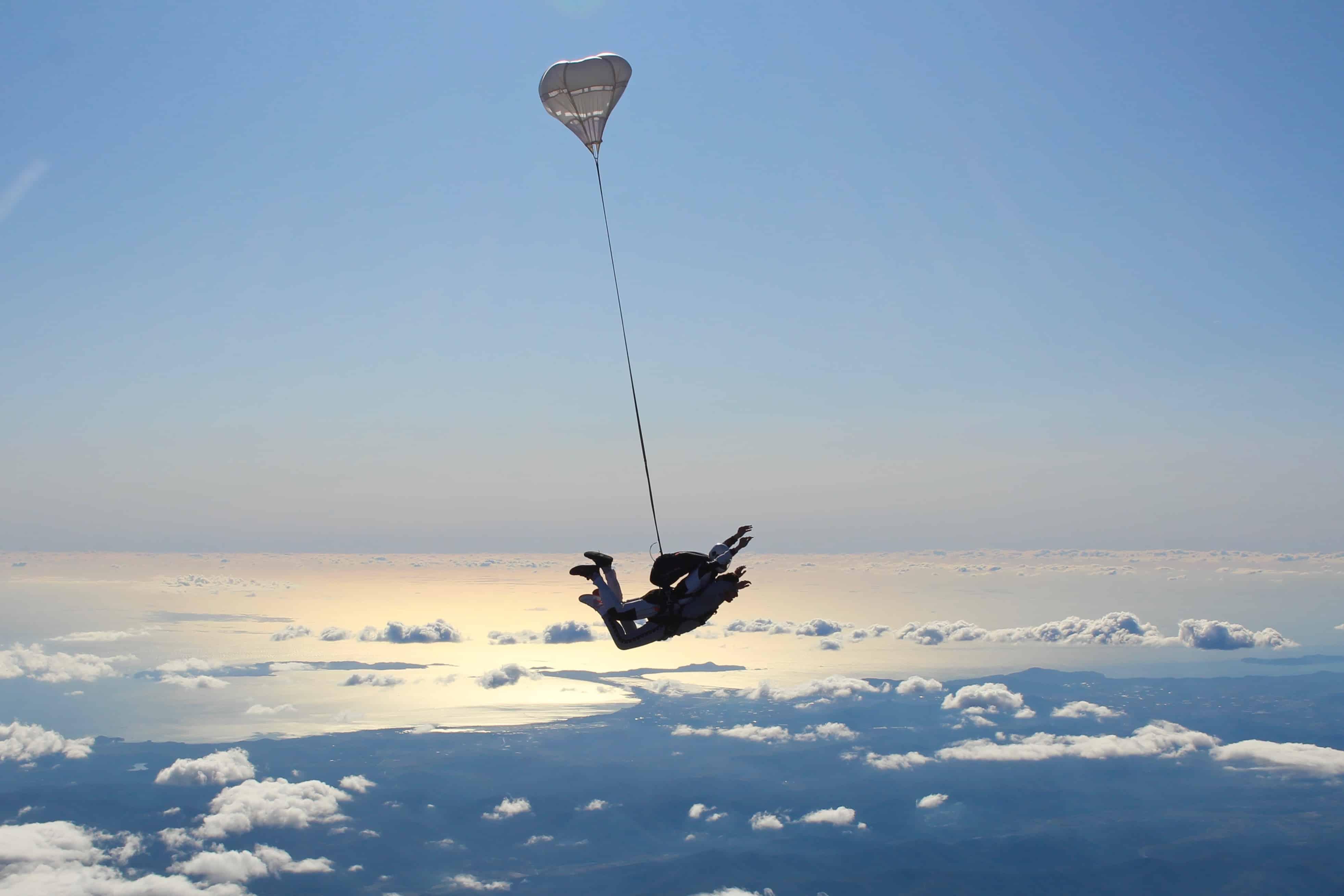 saut en parachute paca au dessus de la mer